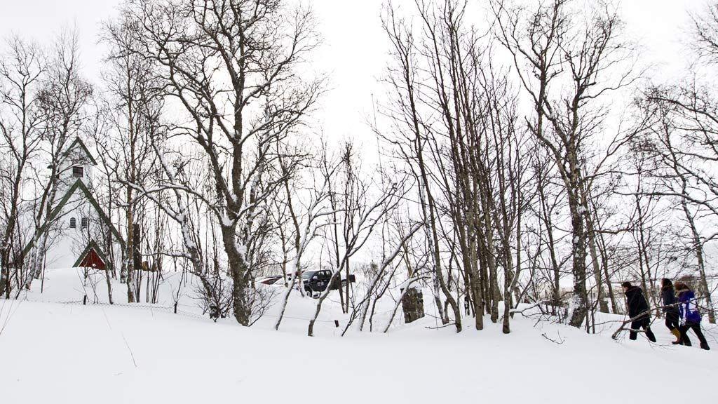 Lokalbefolkningen går til kirken på Skaland for en lukket minnestund torsdag formiddag. Tre menn i 30-årene fra Skaland er trolig omkommet i et snøskred som gikk da de var på skutertur i Tromdalen på Senja tirsdag.
