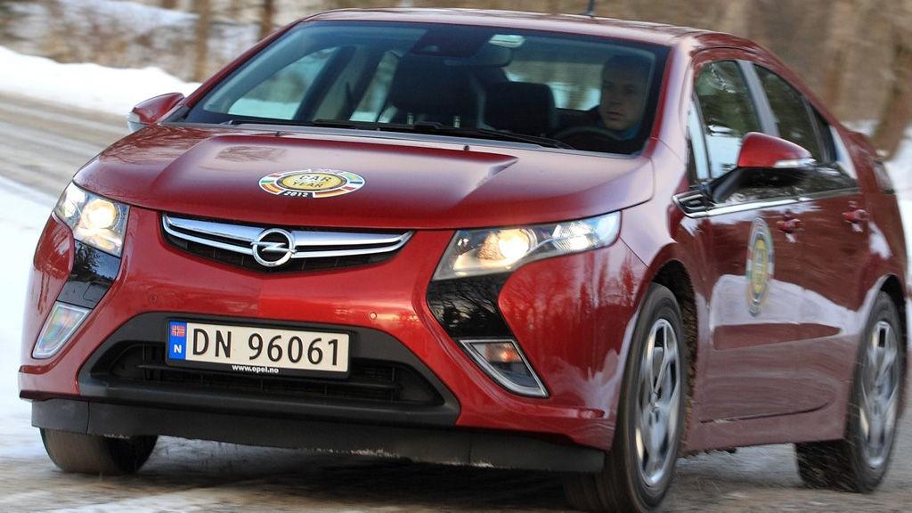 ÅRETS BIL 2012: Opel Ampera ser bra, er god å kjøre og har lavt forbruk på korte distanser. Men den scorer ikke høyt på praktiske egenskaper og blir for mange altfor kostbar til å være bil nummer to. FOTO: Egil Nordlien, HM Foto