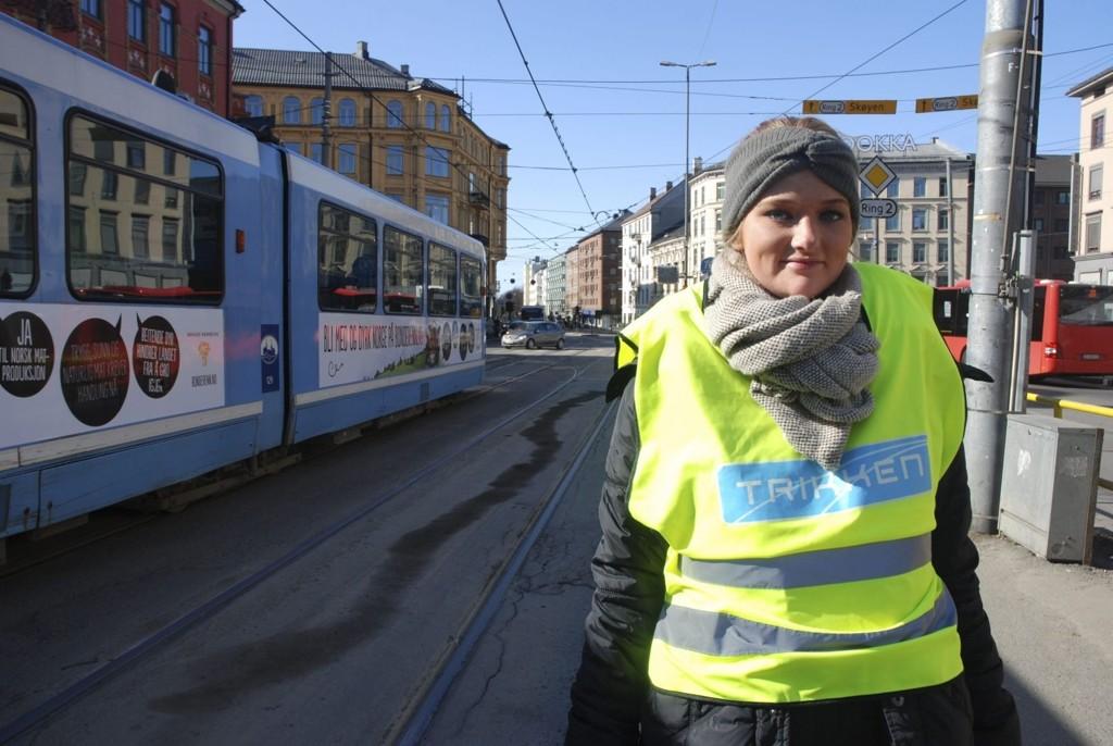 ENDRINGER: Anniken Holt informerer trikkereisende om endringer i tilbudet.