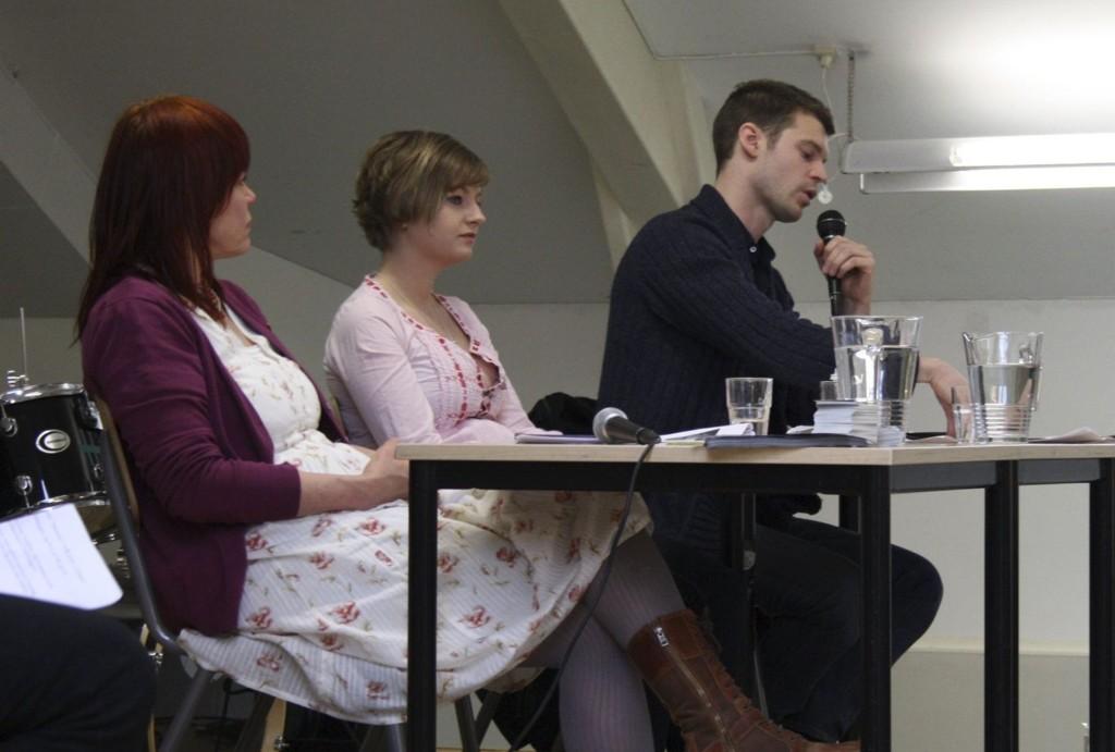 GODE SVAR: Det var et engasjert panel som svarte på ungdommens spørsmål på Foss vgs. Fra venstre; Patricia Kaatee, Lisa Arntzen og Bjørnar Moxnes.