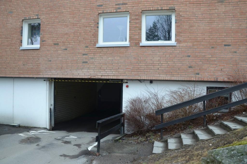 Porten til garasjen i Vestskrenten borettslag ble sjekket bare en uke før en jente fikk livstruende klemskader.