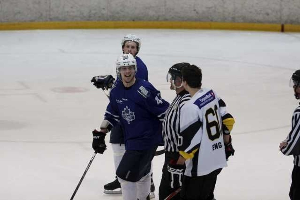 UTESTENGT: Fredrik Løvdahl (20) ble forrige uke utestengt fra hockeybanen i ett år for dommerangrep. Her blir han utvist mot Ringerike tidligere i år.