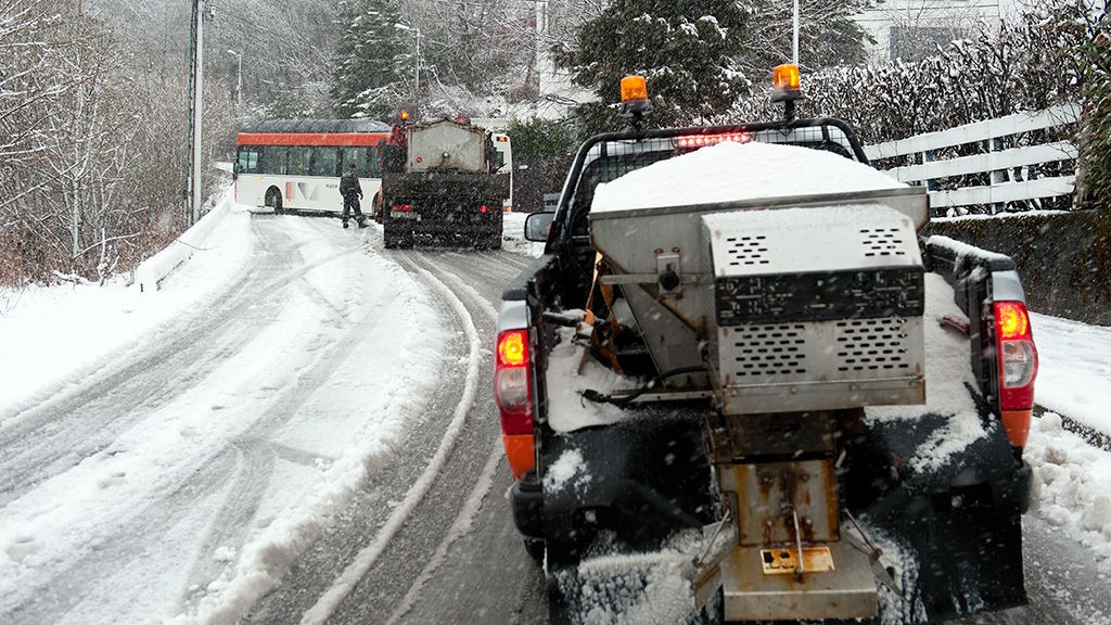 Snøver gir store problemer i Bergens-trafikken fredag morgen. Her har en buss på vei opp til Natlandsfjellet sett seg fast.