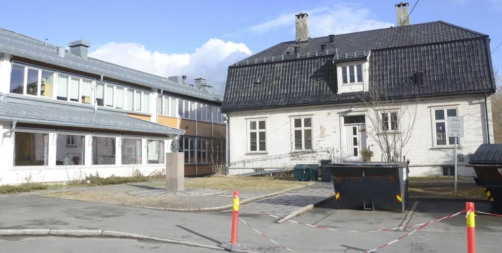 ENEBAKKVEIEN 264: Etter å ha vært forsømt i årevis er vaktmesterboligen ved Abildsø skole plutselig midtpunkt i en heftig debatt. Mange mener det er uforsvarlig at barnehagebarn daglig skal hentes og leveres her, i tillegg til skoletrafikken.