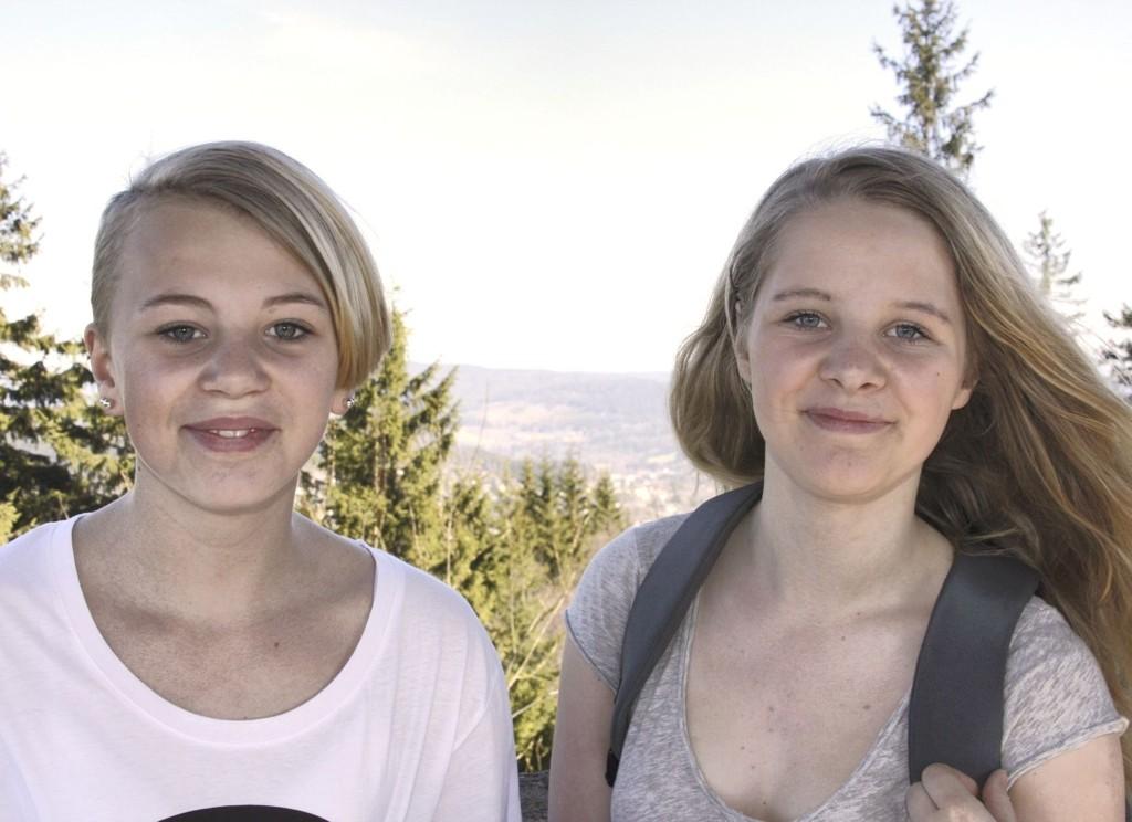 FANTASTISK UTSIKT: Thea Eriksen (13) og Inez Rosenquist Lier (13) på toppen av Røverkollen: – Utrolig utsikt, sier de to jentene fra Skøyenåsen skole.