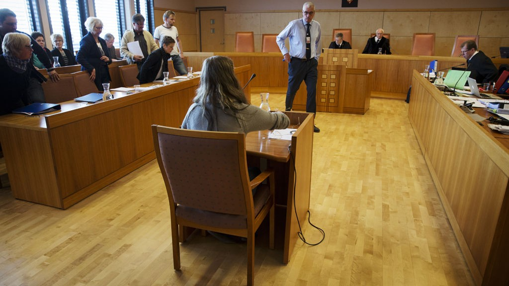 Den fornærmede jenta i vitneboksen under ankesaken mot Rune Øygard, tidligere ordfører i Vågå og overgrepsdømt, i Eidsivating lagmannsrett i Hamar tinghus onsdag. I bakgrunnen dommerne og til venstre juryen.