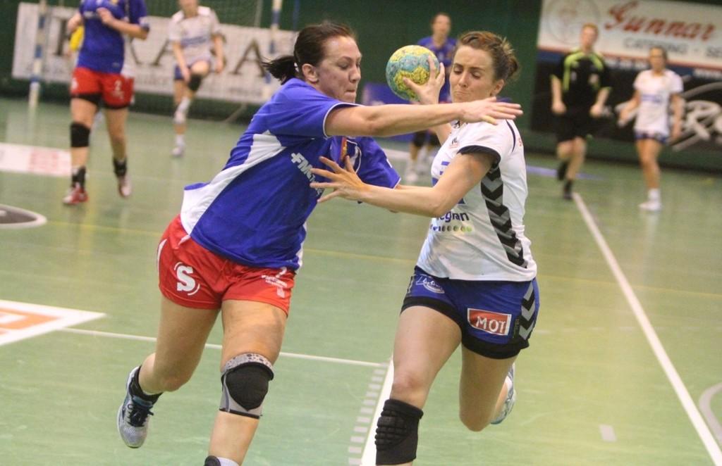 FLYTTER: Anne Kjersti Suvdal (høyre) flytter til dansk håndball og Viborg neste sesong. Her i duell med Skrims Camilla Thorsen.