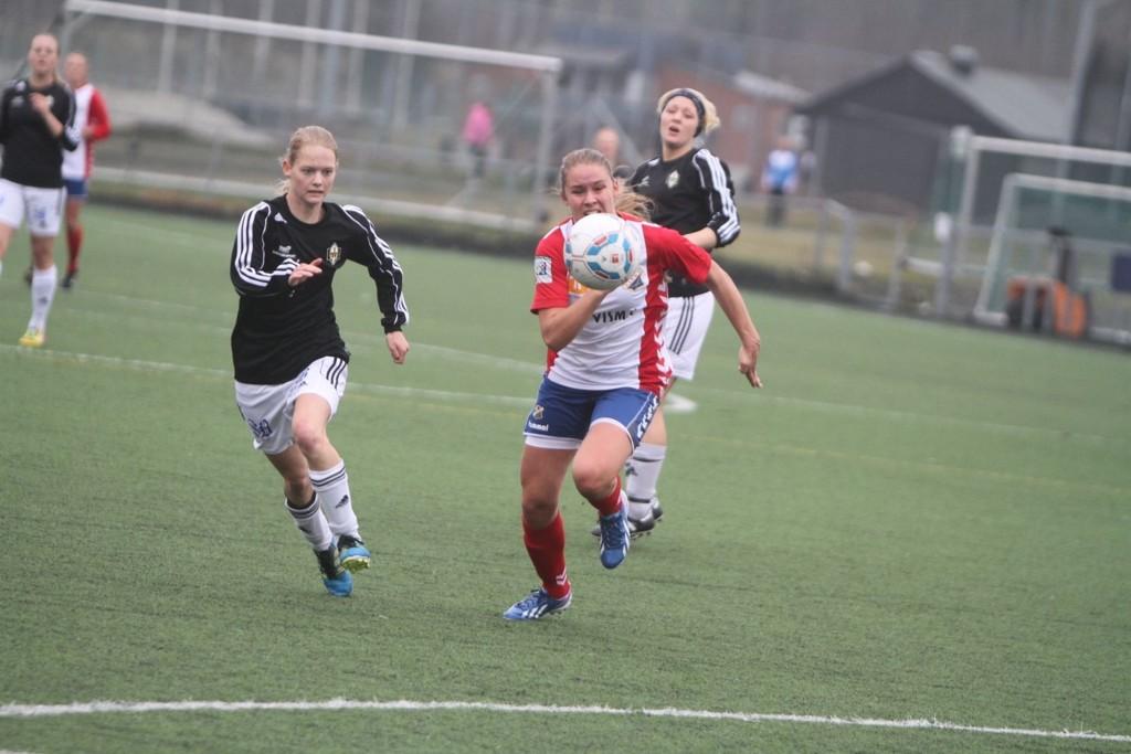 ÅPNET BALLET: Katrine Sæter gir her Lyn ledelsen 1-0 i cupkampen mot 2. divisjonslaget Runar.