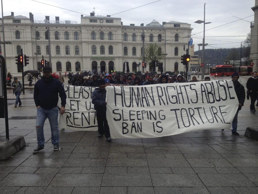FÅR IKKE SOVE UTE: Romfolket demonstrerte i går mot forslaget om et forbud mot å sove ute i indre by. De ble ikke hørt.