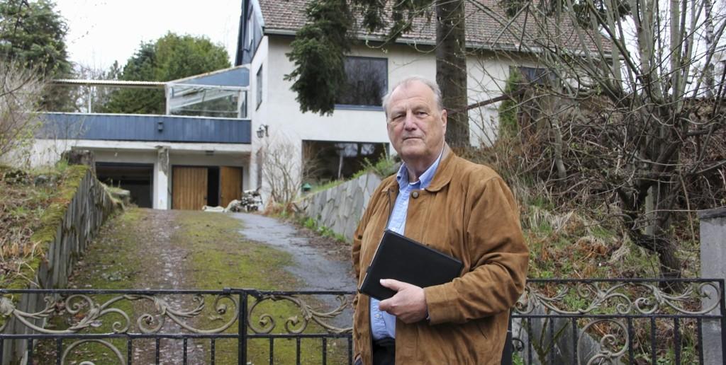 Arild Gjervan i bydelsutvalget i Bydel Vestre Aker synes ikke det er noen god idé å rive eneboligen og erstatte denne med to tomannsboliger med takterrasser. Foto: Vidar Bakken