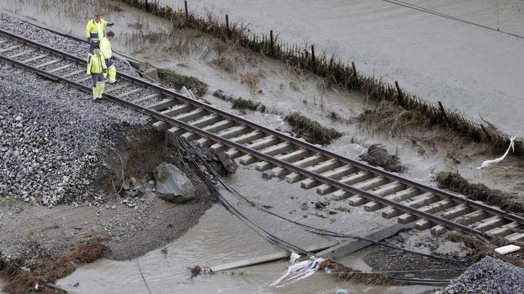 Flommen på Østlandet 2013. Store nedbørsmengder har ført til flom flere steder på Østlandet som her på toglinja gjennom Kvam i Gudbrandsdalen.