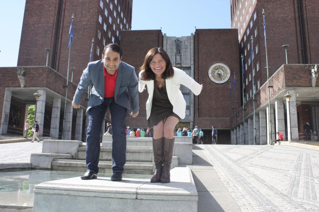 OL-KLARE: Arbeiderpartiets Libe Rieber-Mohn og Abdullah Alsabeehg inntar hockeystilling, går for vinter-OL til Oslo i 2022, og foreslår neste uke at en av treningshallene skal ligge i Oslo sør. Foto: Aina Moberg