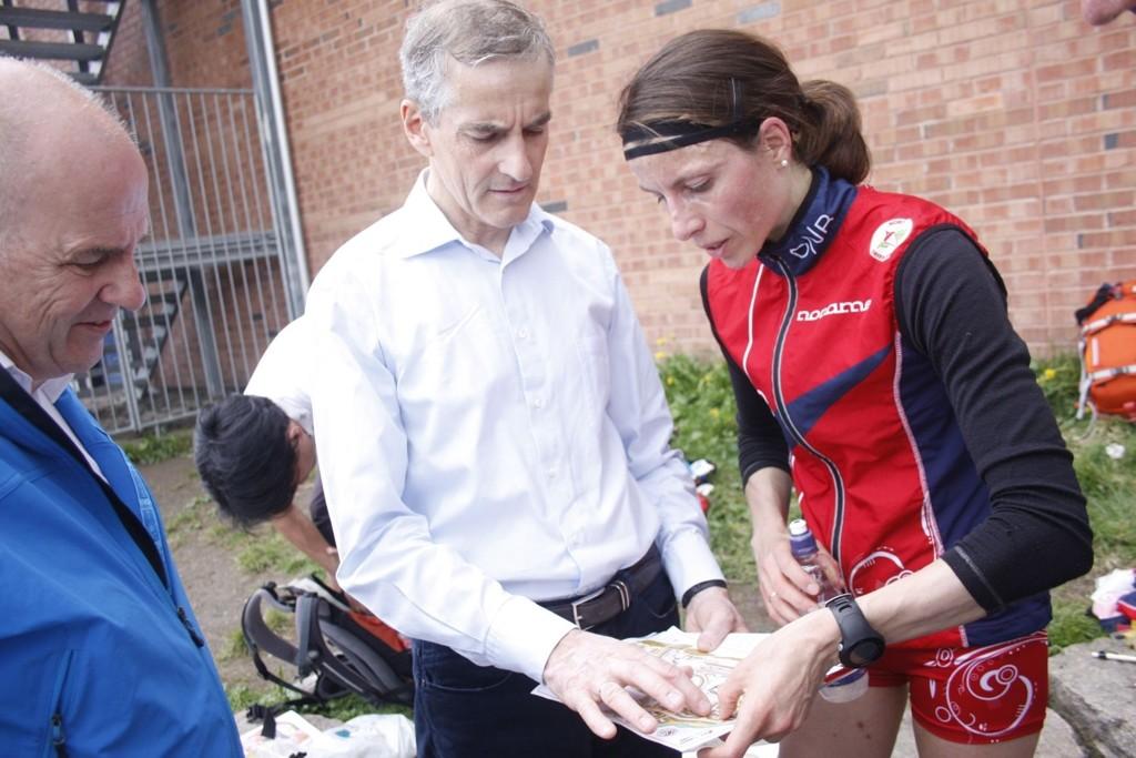 Helseminister Jonas Gahr Støre lot seg imponere over hvor flink Anne Margrethe Hausken og de andre orienteringsløperne er.