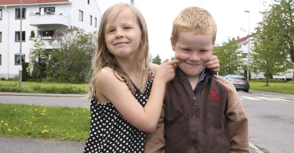 Emil (6) fikk ikke plass på Karlsrud skole der søsteren Iben (8) går, på grunn av nye skolegrenser. Men familien Strand Oustad ga seg ikke, og klagen førte frem. Nå får søsknene likevel gå sammen til nærskolen som ligger et steinkast hjemmefra. side 4-5