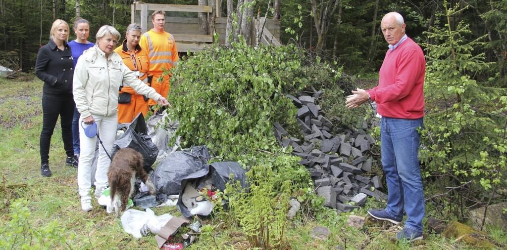 Søppelberget omkranset av styrerne Line og lena, eier Tove Ringnes og Rusken-representantene Lubos Sikela, Wenche Asgrimplass og Jan Hauger. Foto: Vidar Bakken