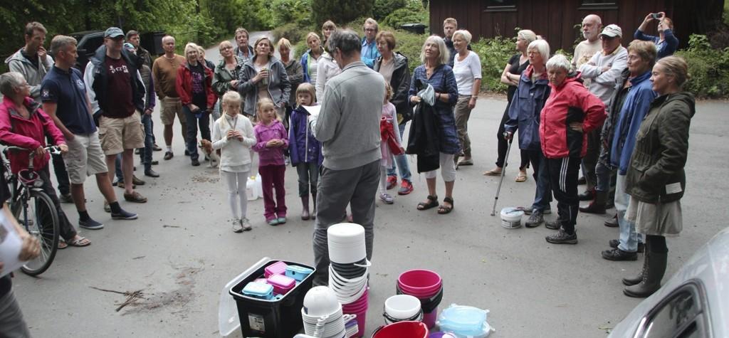 OPPMØTE: Over 60 familier på Malmøya deltok i forrige ukes storaksjon mot iberiaskogsneglen, eller brunsneglen som den kalles. Ved hjelp av en metode utviklet av sivilagronom Torstein Mo håper aksjonsgruppen at Malmøya blir tilnærmet sneglefri om et par år. Alle foto: Privat