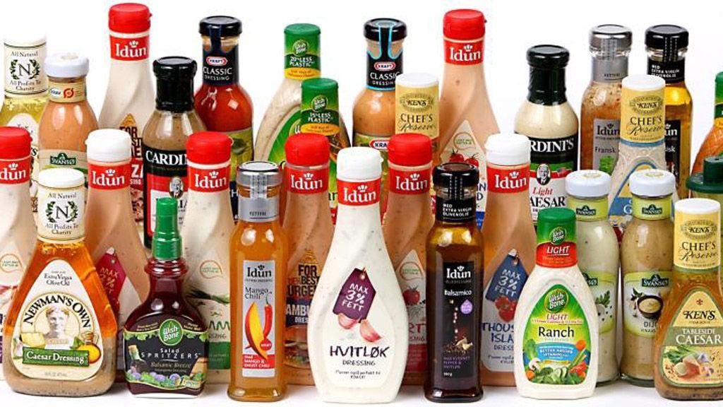DRESSING: Sommermaten er ikke like god uten - DinKost har vurdert næringsinnholdet i 30 dressinger du får kjøpt på flaske i butikk.