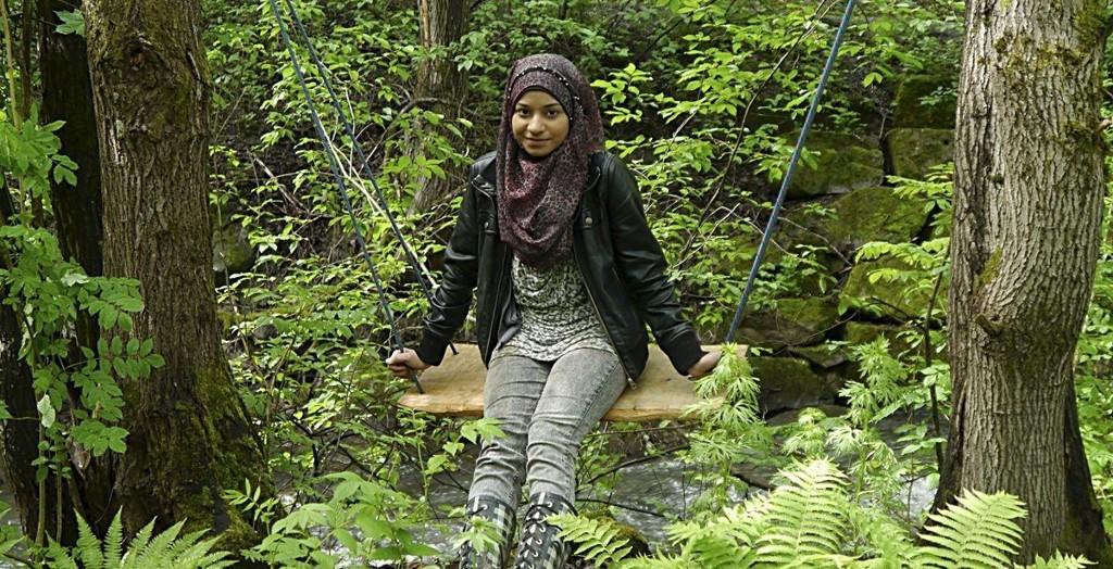 HUSKE I DET FRI: En elev fra Groruddalen skole viser skogens muligheter i den hemmelige skogsoasen på Ammerud. Her er grønn glede for dem som vet om den, og for dem som får seg en overraskelse. ALLE FOTO: Ingrid Økland