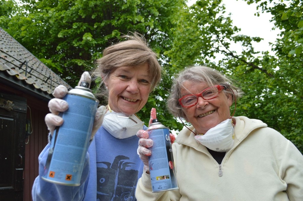 Ellen Linde-Nielsen (73) og Mette Giæver (75) med spraybokser på graffitikurs i Hvervenbukta.