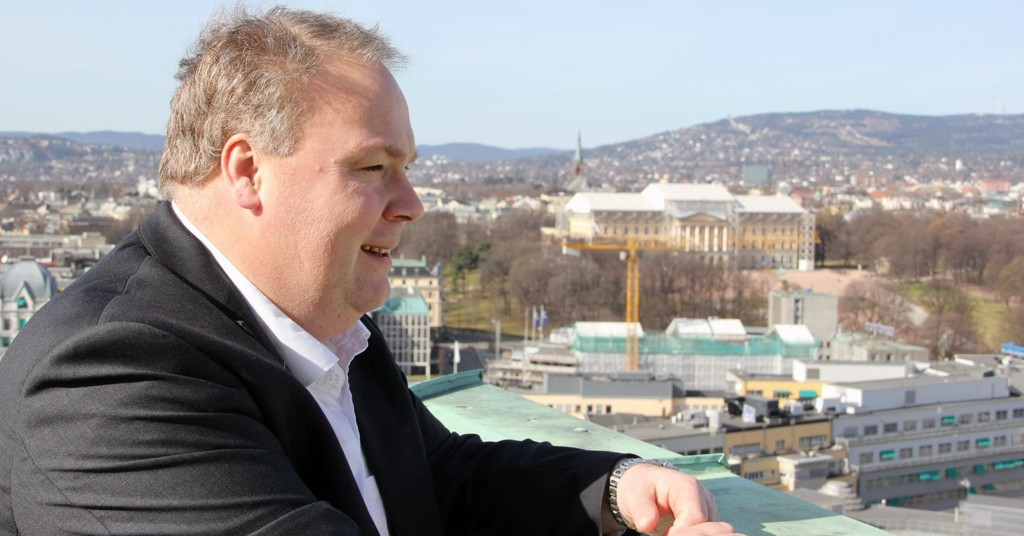 Bård Folke Fredriksen kan se utover byens småhusområder i forvissning om at ny småhusplan vil «beskytte» egenartete områder. Foto: Vidar Bakken