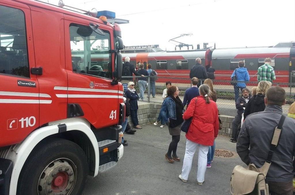 EVAKUERT: Røyk kom inn i togsettet som frakter passasjerer mellom Skøyen og Ski. Toget ble evakuert kjapt på Ljan stasjon.