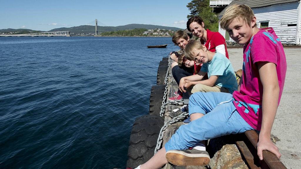 Mona Gjellestad, alenemor med fire barn, vil kjøpe flytende luksusvillaen BA skrev om i begynnelsen av juni. Nå trenger de båtplass. Fra venstre: Haakon, Mona Gjellestad, Magnus, Jonas og Axel Michael.
