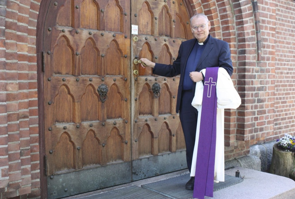 AVSKJED: Søndag har Tore Kopperud sin siste gudstjeneste i Nordstrand kirke, og lukker dermed kirkedøren etter 18 år som prost i Søndre Aker og 43 år som prest. FOTO: ARNE VIDAR JENSSEN