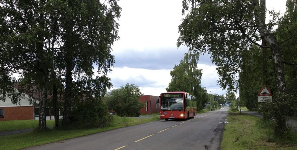 KJØRER FORBI: Her passerer 74-bussen den tidligere holdeplassen ved Brannfjell skole. Heretter må du gå av ved Ekeberghallen eller Bekkelagshjemmet. Foto: Aina Moberg