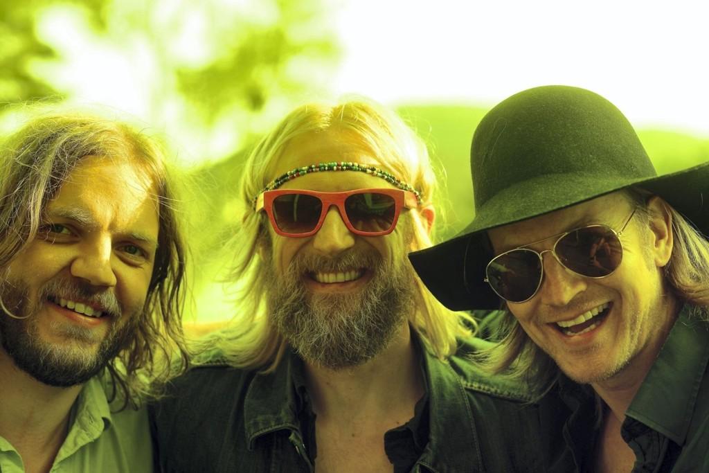 Øystein Greni (til høyre) mener det aller viktigste for de som driver med musikk er å ha det gøy. Her i trivelig selskap med de to andre som utgjør BigBang, Nikolai Eilertsen (t.v.) og Olaf Olsen.