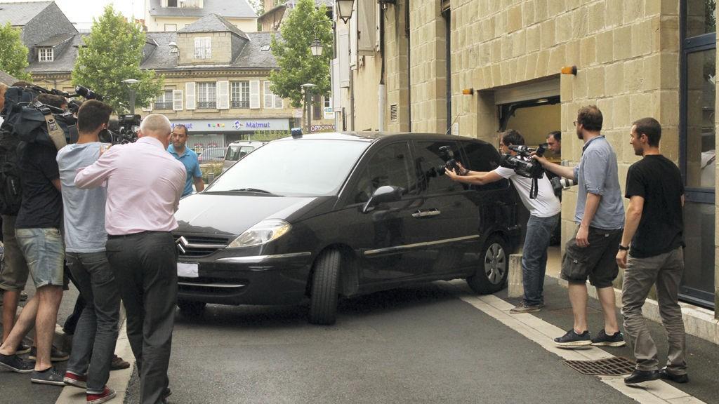 En bil som antas å ha Varg Vikernes ombord, forlater politistasjonen i Brive-La-Gaillarde torsdag kveld.