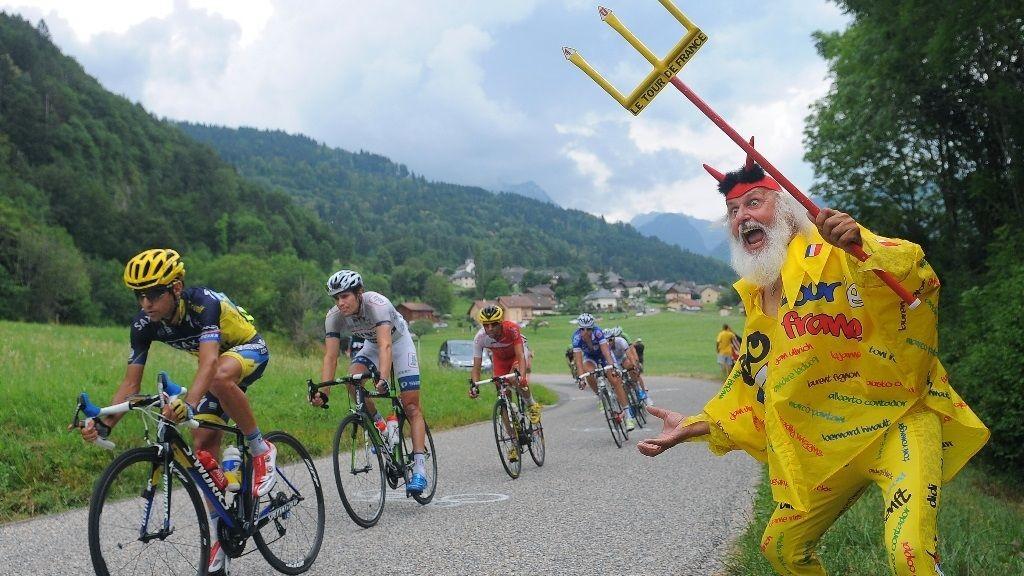 DJEVELEN HEIER PÅ JESUS: Didi Senft, som også kalles Der Tour-Teufel, heier fram Saxo Tinkoff Banks Jesus Hernandez. Det er ikke hver dag man får se djevelen heie på Jesus!