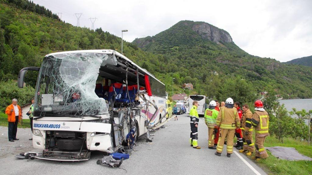 To personer mistet livet i en kollisjon mellom en svensk turistbuss og en norsk buss ved Fardal i Sogndal kommune mandag.