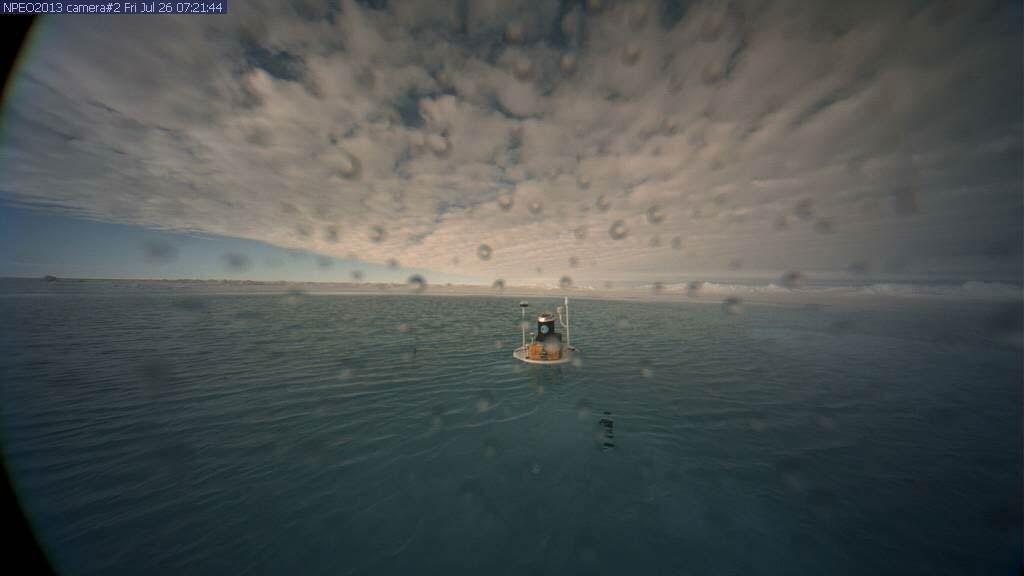 EN SJØ AV SMELTEVANN: Dette bildet viser navigasjonsbøya i Nordishavet fredag 26. juli.