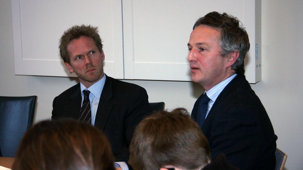 - Jeg mener politikerne holder velgerne for narr når utenrikspolitikken ikke er tema i valgkampen, sier NUPI-direktør Ulf Sverdrup (til høyre). Her med professor i europarett Fredrik Sejersted.