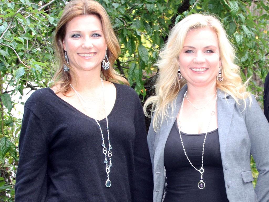 Märtha Louise og Elisabeth Noreng har designet smykker for Celine Engelstad. Smykkene er baserte på forskjellige krystaller, og engleskole-gründerne mener stenene kan være med på å gi den som bruker dem en ny sinnstemning.