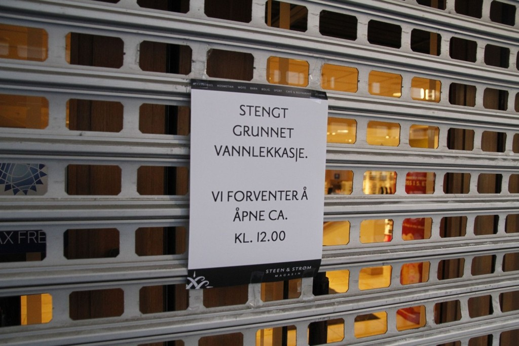STENGT: 100 liter vann fosset ut hvert sekund og har ført til store vannskader i åtte etasjer i Sten & Strøm. Det jobbes intenst for å klargjøre kjøpesenteret for åpning.