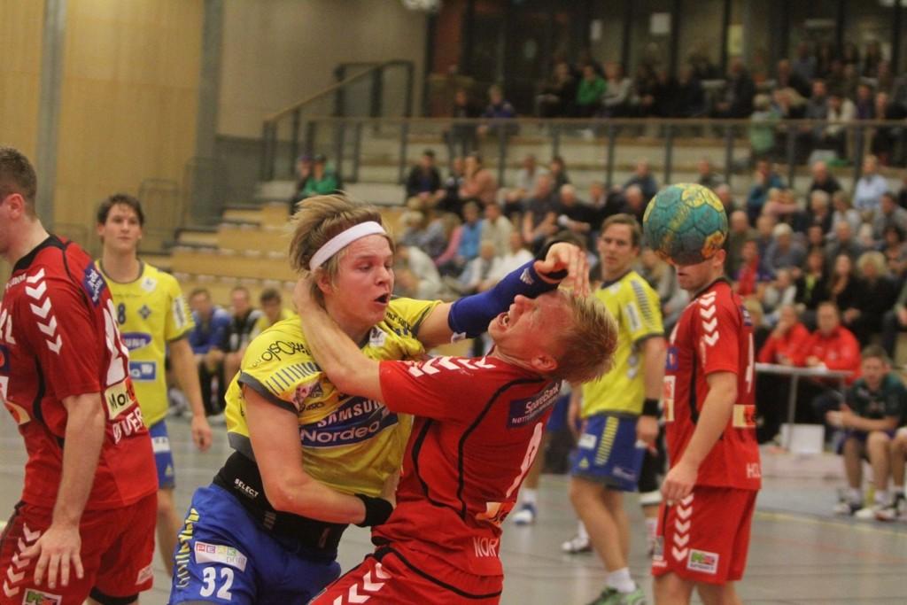 KNOCKOUT: Ørjan Gabrielsen fyrer løs, og Nøtterøys Kristian Werner Nordby får seg en liten luftetur.