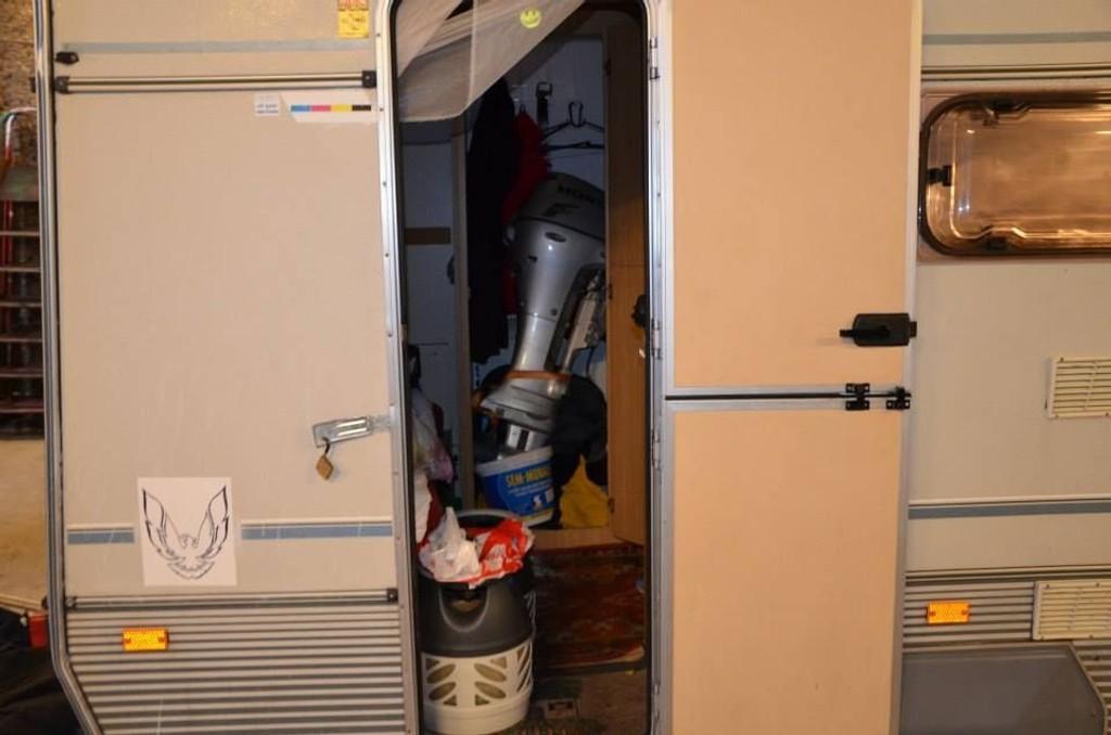Politiet fant flere påhengsmotorer i campingvogna. Den største var stuet bort på doen.