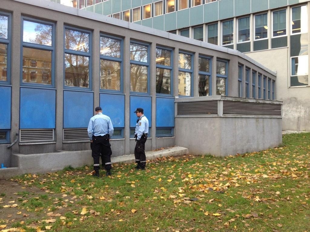 FALT NED: En begivenhetsrik morgen for fotgjengeren som måtte ha politiets hjelp for å komme seg opp fra denne sjakten.