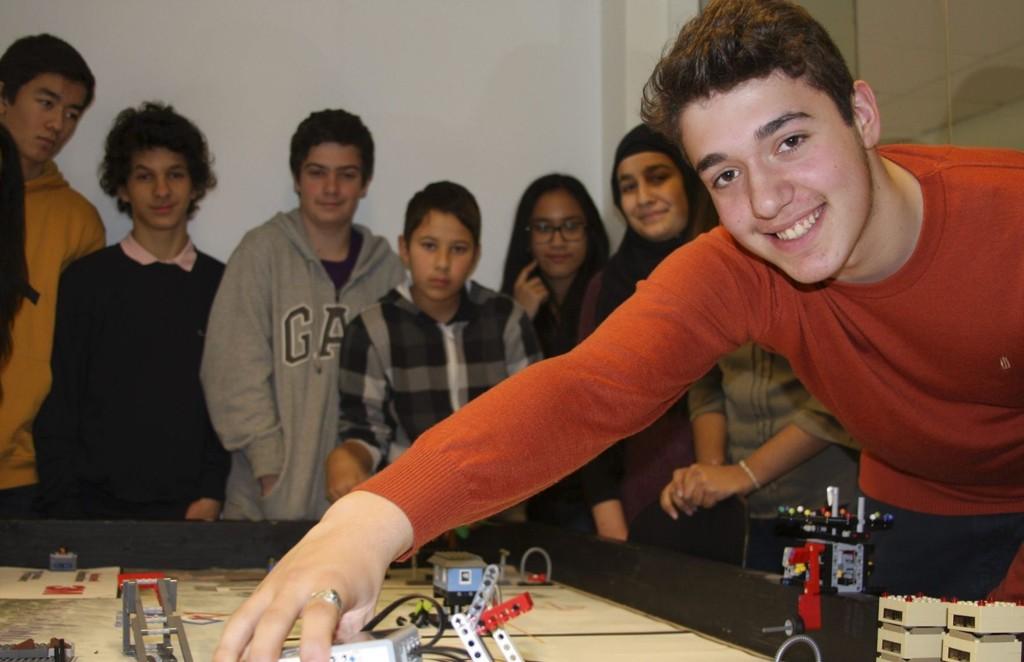 PROGRAMMERER: Faruk Turkkahraman (14) er programmerer på fritida. Her viser han hvordan legoroboten – som skal til pers i konkurranse 9. november – virker.