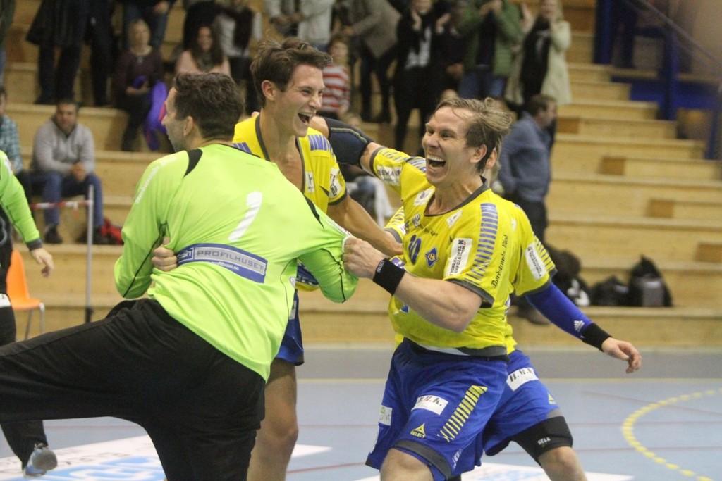 JAA! Emil Jungman (venstre), Anders Braskerud og Fredrik Lundgren jubler vilt etter at cupfinalebilletten er i boks.