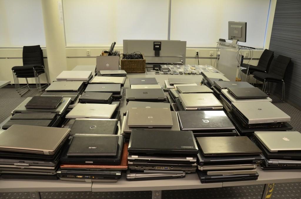 KJEMPEBESLAG: Politiet fant blant annet 130 laptoper i leiligheten. Det jobbes nå med å knytte disse til tidligere grove tyverier fra bedrifter og boliger.