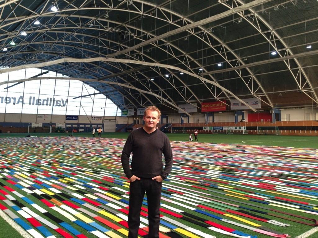 Helge Johansen fra Rygge har igjen satt verdensrekord med sitt flere kilometer lange skjerf.