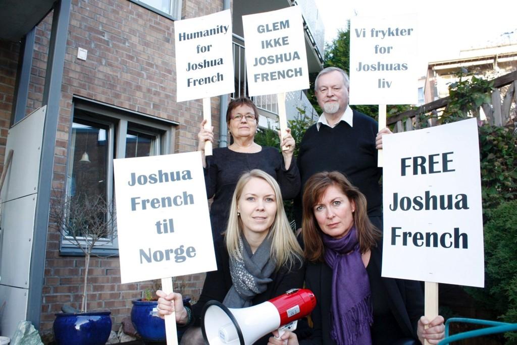 JOBBER FOR JOSHUA: Helene Bøe, Gulla Nyheim Gramstad, Arvid Gramstad og Marianne Groven arrangerer fakkeltog for Joshua French på lørdag.