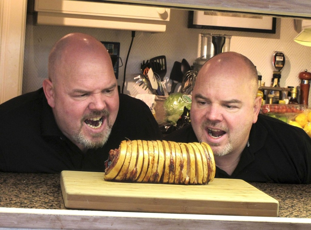 Sultne på suksess: Grilltvillingene Petter (t.v.) og Espen Gullikstad garanterer perfekt ribbe på grillen.  Alle foto: Cathrine Brynildsen