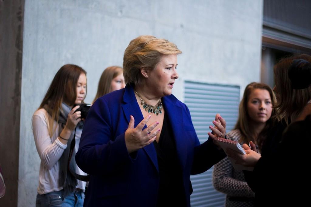 ALVORLIG: Statsminister Erna Solberg minner om konsekvensene for dem som blir tatt for ran. Her fra et besøk, i en helt annen sammenheng, på Bjørnholt videregående skole tidligere i høst.