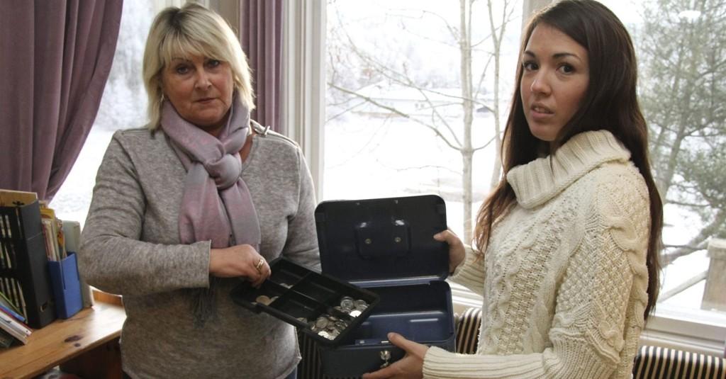 FREKT: Tyvene tok seg inn gjennom vinduet bak Monica Lunde og Nina Belseth og stjal barnas penger.