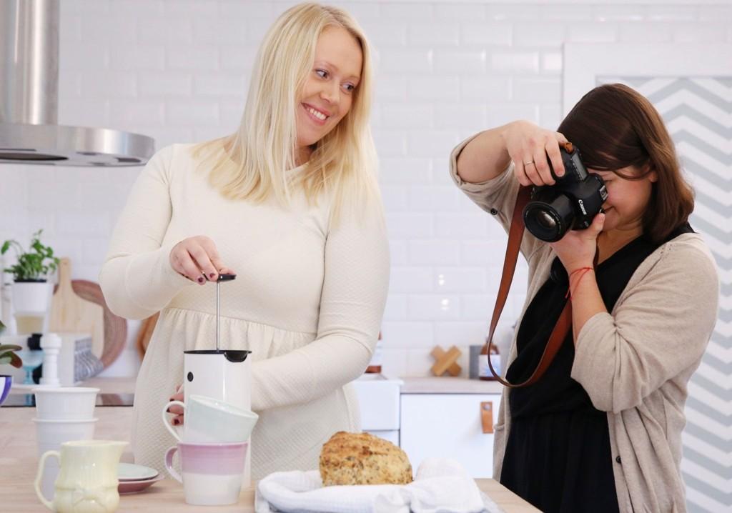 Her fotograferer Solveig Grøvle, mens kollega Ann Helen Lund stiller som modell.