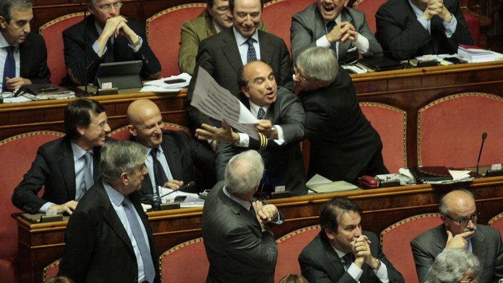 Det var sterke følelser i det italiensek parlamentet da de onsdag kveld stemte for å utestenge tidligere statsminister Solvio Berlusconi.