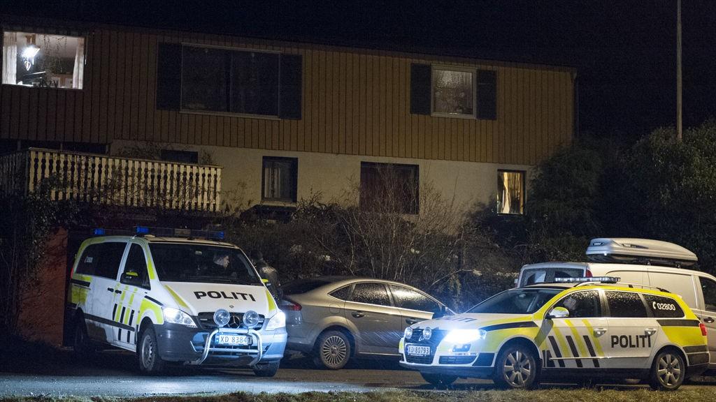 En barnefar ble pågrepet onsdag ettermiddag og siktet for legemsbeskadigelse under særlig skjerpende omstendigheter etter at et barn på cirka ett år ble funnet død i Leksvik i Nord-Trøndelag. Politiet og krimtekniker jobber på stedet.